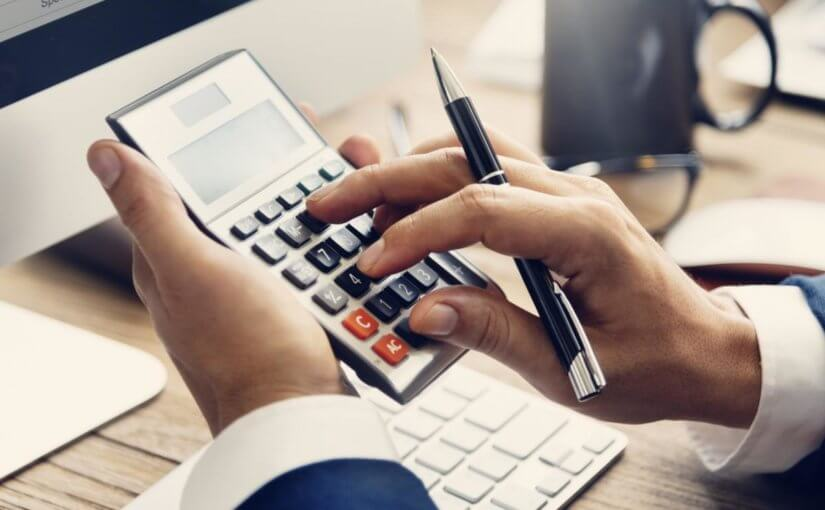 Účetní počítá na kalkulačce DPH